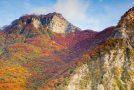 Festung des Mt. Generoso geschmückt mit Farbenpracht